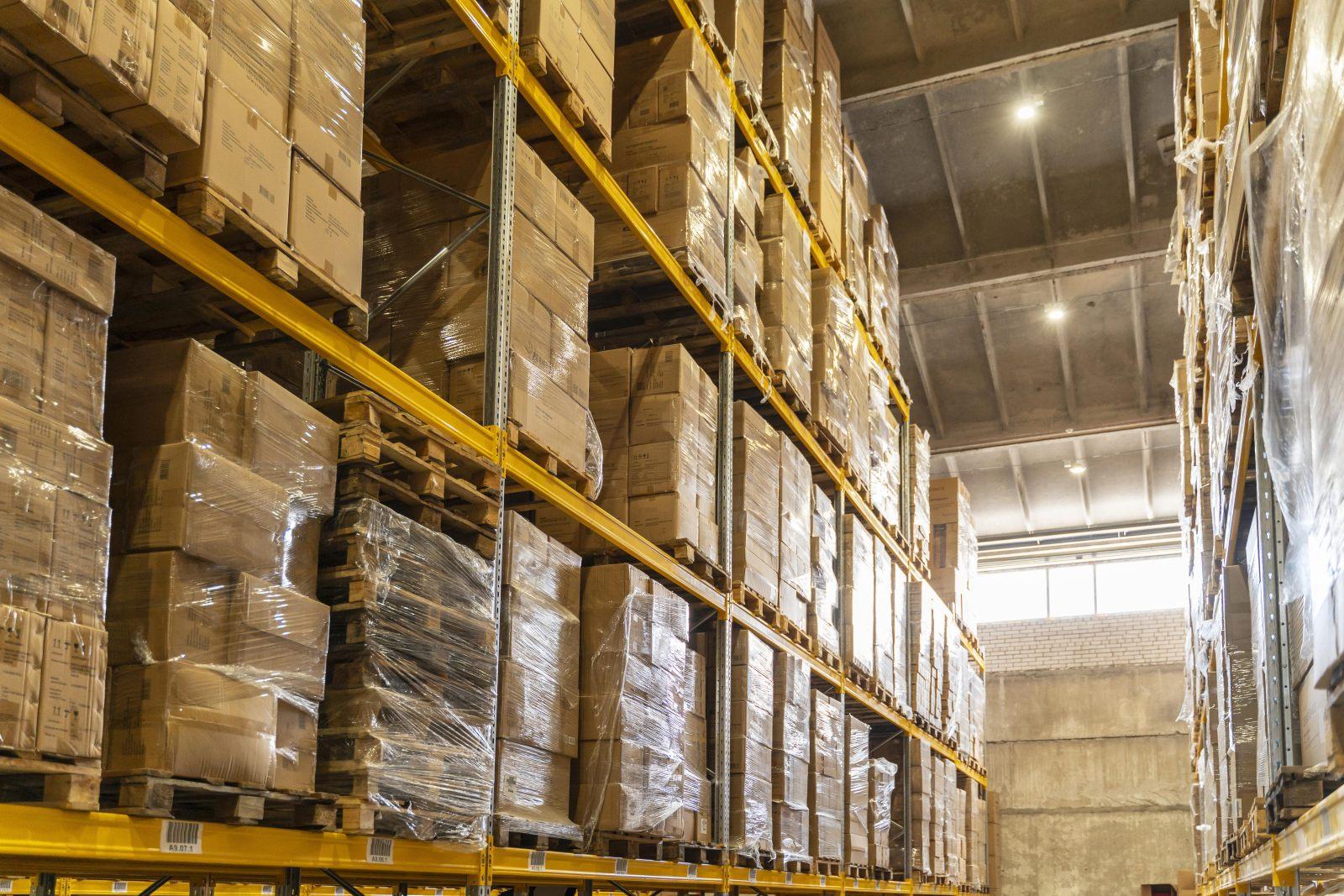Kurtyny plandekowe skutecznie chronią przed uszkodzeniem towar w magazynie